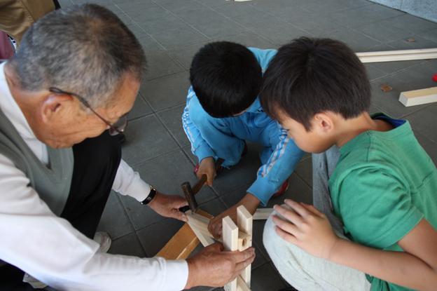 20131002橋田賢吾さん(市内1南)が児童と遊び道具作り