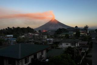 mayon-volcano-sunset-town_11562_600x450.jpg