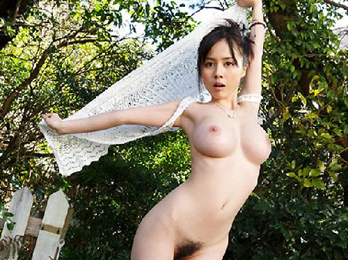 【美乳画像】地味目でオッパイがドーン!…顔は和、カラダは洋でいいですね!