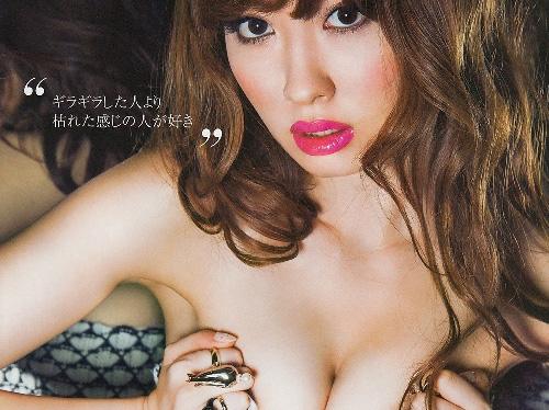 【衝撃】小嶋陽菜が過去最高級のエログラビア!擬似パイズリまで披露!画像×5