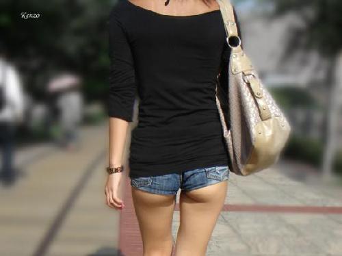 お尻の肉がハミ出てるのに普通に街中歩いてる恥知らずな女の街撮り画像(30枚)