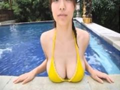 【爆乳アイドル】鷹羽澪 プールからたわわに実ったおっぱいが、出て来る。