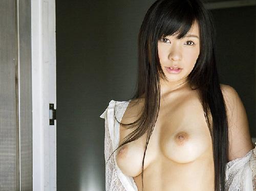 【美乳画像】しっとり美女の日焼けの残る美乳!…色っぽくていいですね!
