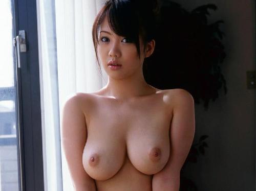 【エロ画像】Hの前に何気なく美巨乳おっぱい強調する誘惑上手な美女