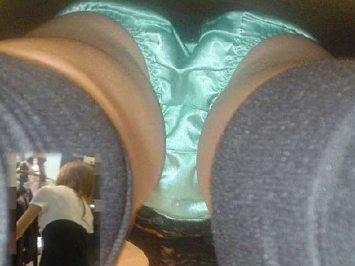スカートの中のパンティが鮮明に写ってる逆さ撮り盗撮画像(30枚)