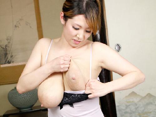 デカ乳輪母乳おっぱいを自らひっぱり出す!