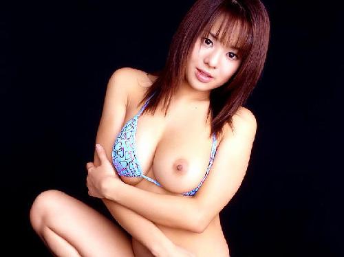 【エロ画像】ふっきれずにいる女子大生を片乳おっぱい呑み見せてもらった
