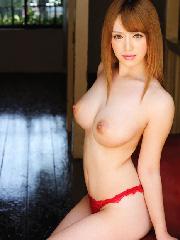 【エロ画像】Hな雰囲気スゴい美女が美白ピンク色の乳首おっぱい晒してる