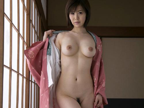 【画像】スタイルいい美人お姉さんが丸み帯びた美乳おっぱい見せてくれた