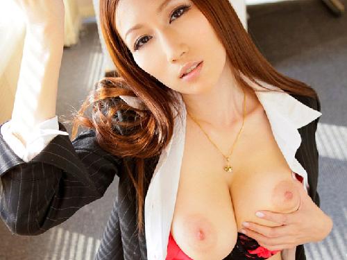 【美乳画像】色っぽいお姉様の大きすぎる美乳!…甘えたい谷間ですね!