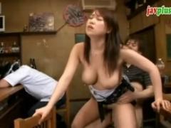 【巨乳動画】有馬ひかり おでん屋の店主が酔いつぶれたので巨乳奥さんをつまみ食い♪