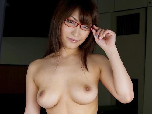 卑猥な裸体を晒す美人OLがメガネをかけてSEXモード画像