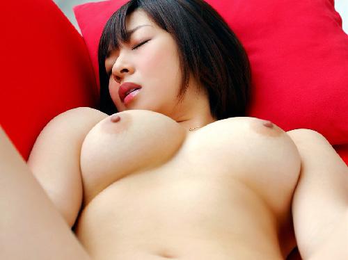 【美乳首】こんなキレイなおっぱいと乳首だったら吸いつきたくなるね♪ エロ画像