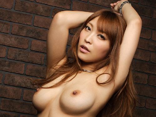【エロ画像】あどけない美少女が上着をめくって勃起した乳首おっぱい披露