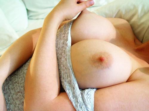 美乳首 吸い付きたくなる、ピンっと立ったナイス乳首♪ エロ画像