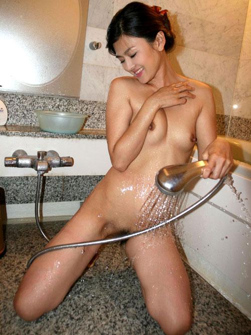 シャワーを股間に当てるおっぱい