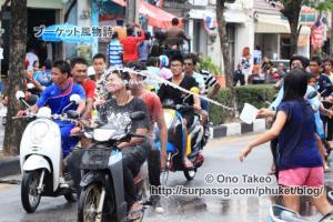 この記事「タイ・プーケット水掛け祭り2013」の写真 (370-009)
