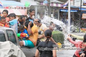 この記事「タイ・プーケット水掛け祭り2013」の写真 (370-032)