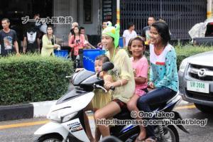 この記事「タイ・プーケット水掛け祭り2013」の写真 (370-050)