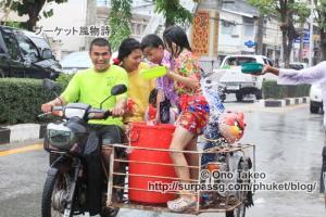 この記事「タイ・プーケット水掛け祭り2013」の写真 (370-092)