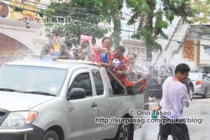 この記事「タイ・プーケット水掛け祭り2013」の写真 (370-093)