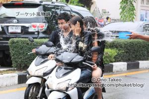 この記事「タイ・プーケット水掛け祭り2013」の写真 (370-109)