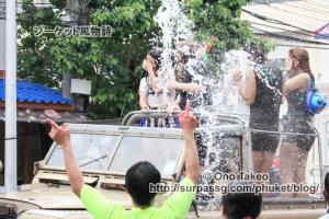 この記事「タイ・プーケット水掛け祭り2013」の写真 (370-129)