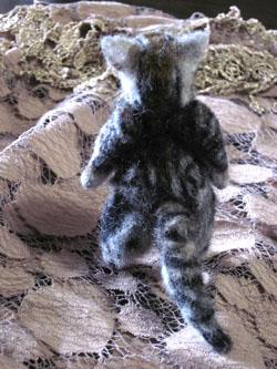ちいさいおっさん猫の背中