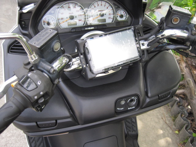 バイクにカーナビを取り付けた写真