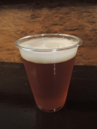 釈さんに注いでもらったビール(500円)