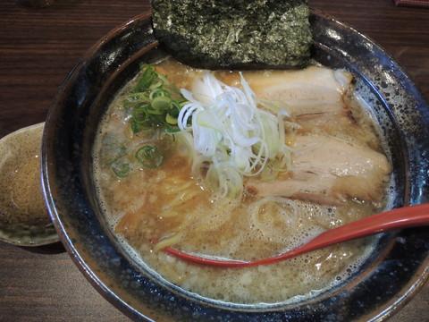豚骨醤油らーめん(690円)