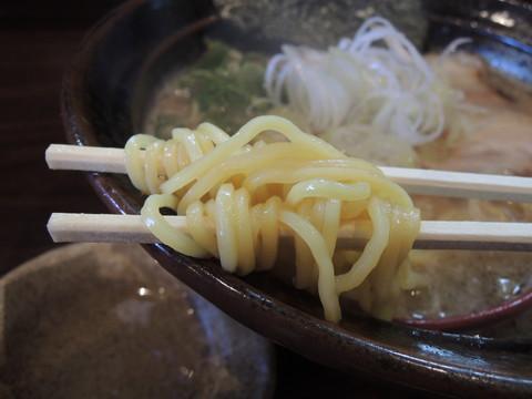 豚骨醤油らーめんの麺
