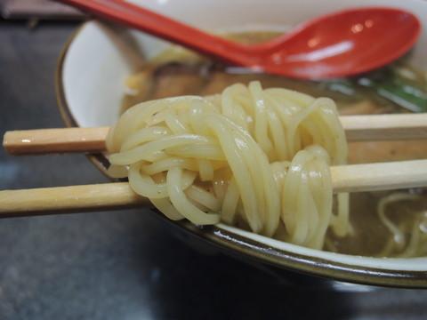 魚味中華そば ビーフとともにの麺