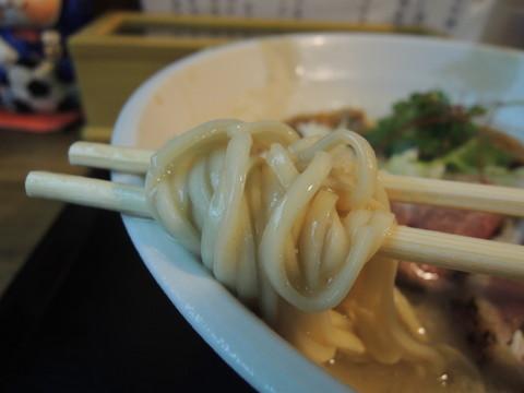 軍鶏清湯×天然鯛白湯の黄金そばの麺