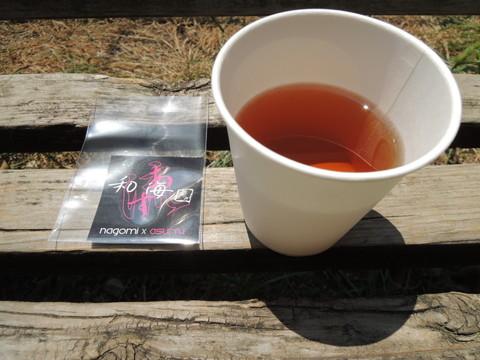 記念のステッカーと冷たいお茶