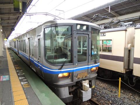近江今津駅の福井行き普通列車(JR西日本521系)