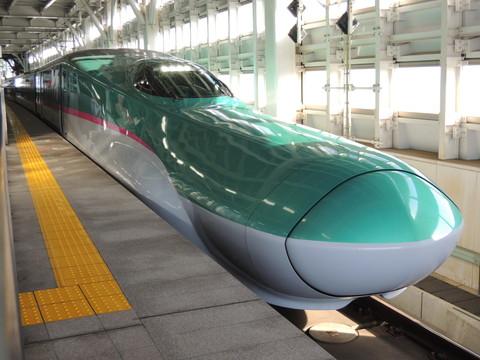 新青森駅の新幹線はやぶさ10号(新幹線E5系)