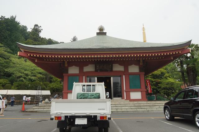 高幡不動尊の自動車御祓堂とタイタン
