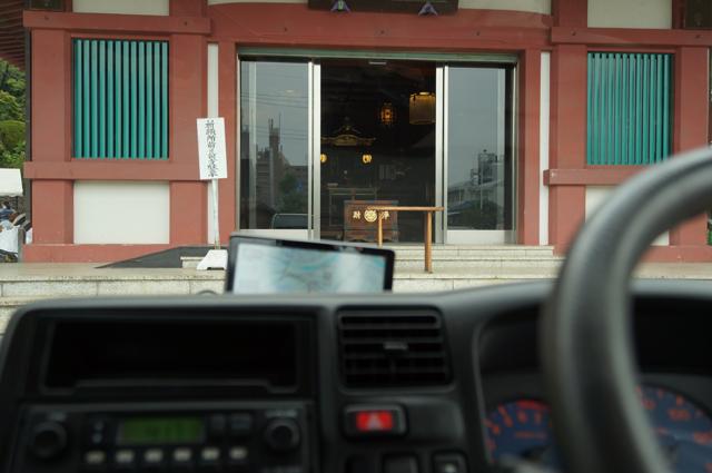マツダタイタンダッシュより高幡不動尊の自動車御祓堂を見る