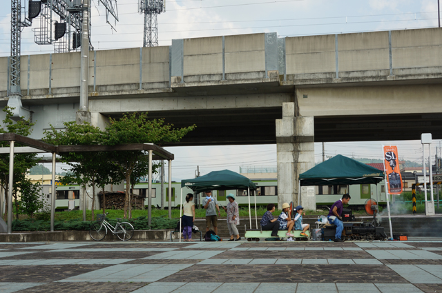 飯山線十日町駅を発車するキハ110とC56 129