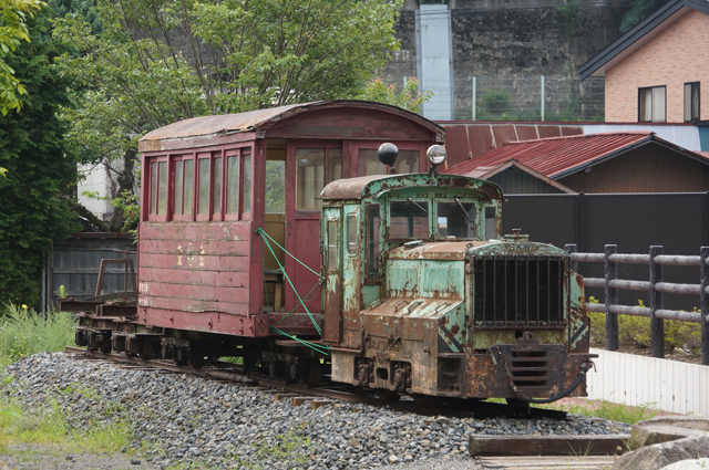 奈良井宿の道の駅のそばにあった、森林鉄道の機関車と客車とトロッコ