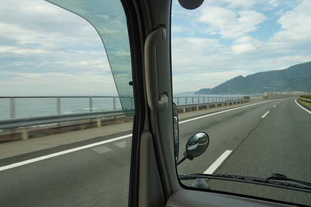 東名高速を走るタイタン