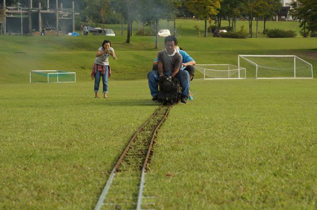 芝生の上を走るC56 129