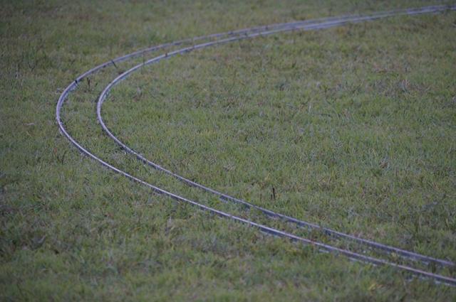 芝生の上の簡易線 5インチゲージいいねぇ