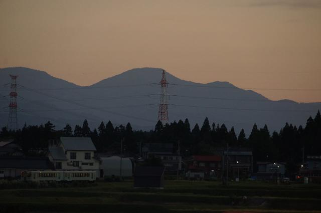 夕焼けの中を走る飯山線