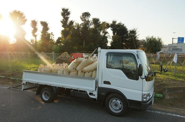 収穫した籾袋を積載したタイタン