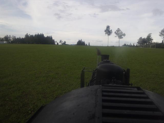 グリーンピア津南の芝生の上を走るC56 129 運転台より