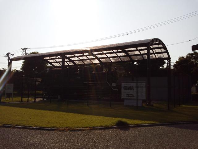 立派な柵と屋根の中に保存される C12 69