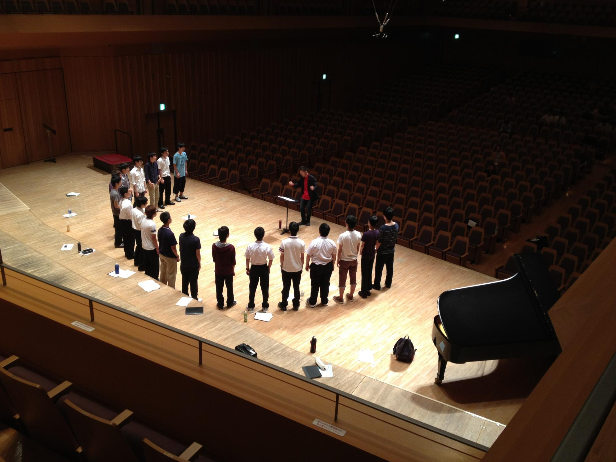 早稲田大学高等学院グリークラブ率いられる笠置英治先生