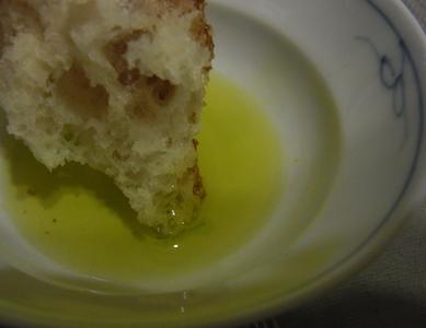 オリーブオイルでパンを